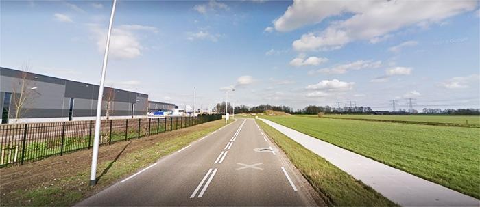 U ziet dan aan uw linkerhand de grote tapijtfabriek van Condor in Hasselt. Rij gewoon door tot de driesprong